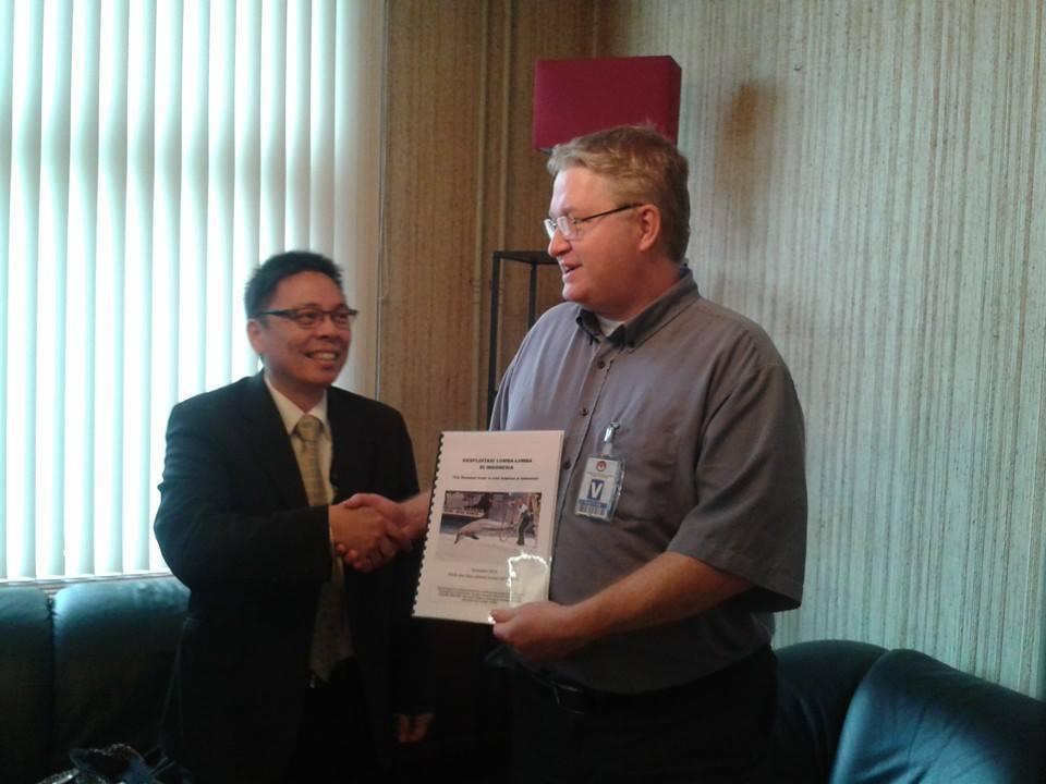EDEV en JAAN bieden ambassade Indonesië rapport over uitbuiting dolfijnen aan